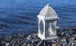 Белый фонарик морем, горизонтальное изображение Стоковое Изображение RF