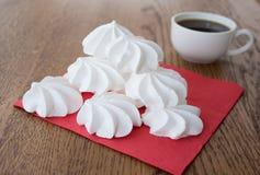 Белый французский торт меренги с чашкой кофе Стоковые Изображения RF