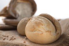 Белый хлеб и мука на таблице Стоковые Изображения