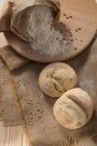 Белый хлеб и мука на таблице Стоковая Фотография