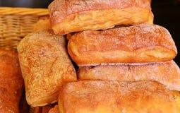 Белый хлеб пшеницы, panini, в корзине Стоковые Фотографии RF