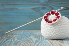 Белый шарик естественной хлопчатобумажной пряжи для вязать, вязание крючком и связанные цветок и крюк Деревенская голубая деревян Стоковые Фотографии RF
