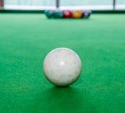 Белый шарик снукера на зеленой таблице Стоковые Изображения