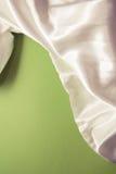 Белый шелк на зеленом цвете Стоковая Фотография RF