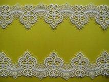 Белый шнурок на желтом цвете Стоковые Фотографии RF