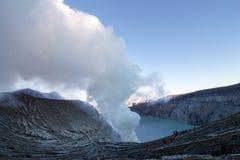 Белый дым от solfataras вулкана Ijen Стоковые Фотографии RF
