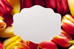 Белый ярлык на предпосылке цветка Стоковое Фото