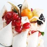 Белый Cream торт замороженности с плодоовощами и шоколадом стоковое изображение rf
