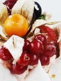 Белый Cream торт замороженности с плодоовощами стоковые изображения rf