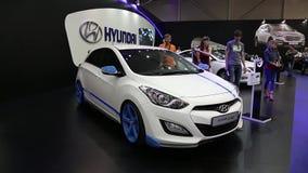 Белый Hyundai i30 на автомобильн-выставке видеоматериал