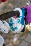 Белый padlock свадьбы с смычком Стоковые Изображения RF