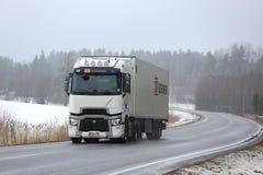 Белый Renault перевозит груз на грузовиках перетаскиваний t в зиме стоковое изображение