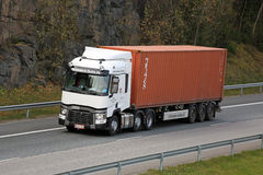 Белый Renault перевозит контейнер на грузовиках перетаскиваний t связанный с использованием различных видов транспорта Стоковые Изображения RF