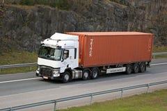 Белый Renault перевозит контейнер на грузовиках перетаскиваний t связанный с использованием различных видов транспорта стоковые фото