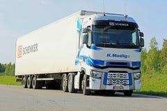 Белый Renault перевозит Semi припаркованный t на грузовиках Стоковое Изображение RF
