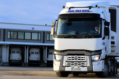 Белый Renault перевозит t на грузовиках на дворе склада стоковое фото