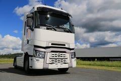 Белый Renault перевозит t на грузовиках с высокой кабиной слипера стоковые изображения