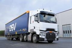 Белый Renault перевозит t на грузовиках Semi на дворе асфальта Стоковые Фотографии RF