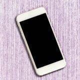 Белый smartphone с черным экраном на розовой предпосылке таблицы Стоковые Фотографии RF