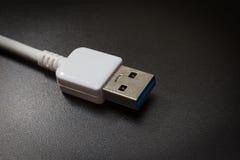 Белый usb 3 0 кабелей с микро- соединителем b на предпосылке Стоковая Фотография RF