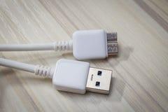 Белый usb 3 0 кабелей с микро- соединителем b Стоковые Изображения