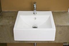 Белый washbasin с тоном земли цвета Стоковая Фотография RF