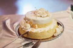 Белый wediing торт на таблице Стоковые Изображения RF
