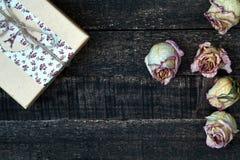 Белым розы высушенные пинком на деревянном столе Стоковые Фотографии RF