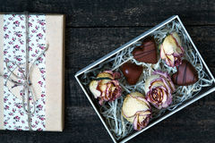 Белым розы высушенные пинком на деревянном столе Стоковое Изображение RF