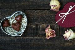 Белым розы высушенные пинком на деревянном столе Стоковые Фото