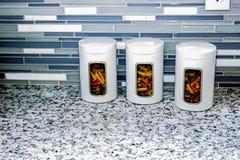 3 белых банки макаронных изделий на счетчике кухни Стоковые Фотографии RF