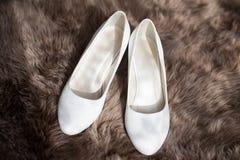 2 белых ботинка свадьбы невесты, взгляд сверху Стоковые Изображения