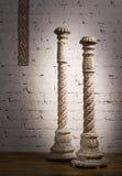 2 белых винтажных деревянных богато украшенных подсвечника Стоковое Изображение RF