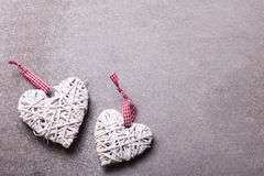 2 белых декоративных сердца на серой предпосылке шифера Стоковые Изображения