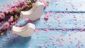 2 белых деревянных декоративных птицы и розовой Сакура цветут на b Стоковое Фото