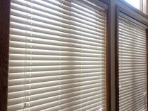 2 белых деревянных шторки окна Стоковое Изображение