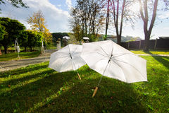 2 белых зонтика - аксессуар свадьбы Стоковое Фото