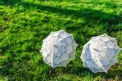 2 белых зонтика - аксессуар свадьбы Стоковые Изображения