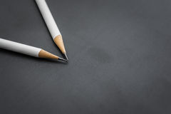 2 белых карандаша на черноте Стоковое фото RF