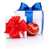 2 белых коробки связанной с красным и голубым смычком ленты сатинировки Стоковые Изображения