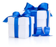 2 белых коробки связали голубой смычок ленты сатинировки изолированный на белизне Стоковые Фото