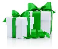2 белых коробки связали зеленый смычок ленты изолированный на белизне Стоковая Фотография RF