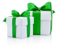 2 белых коробки связали зеленый смычок ленты изолированный на белом backgroun Стоковое Изображение