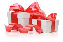 2 белых коробки связали красный смычок ленты на белом backgr Стоковая Фотография
