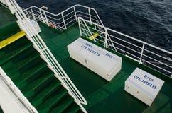 2 белых коробки с спасательными жилетами на палубе туристического судна Стоковая Фотография RF