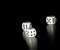 3 белых кости на старой деревянной черной таблице с космосом для текста Стоковые Фото
