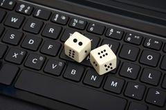 2 белых кости свернутой на конце клавиатуры вверх Стоковые Изображения