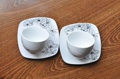 2 белых кофейной чашки на деревянной таблице Стоковая Фотография RF