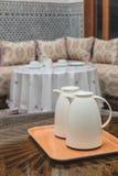 2 белых кувшина на деревянном столе в морокканском доме Стоковые Фотографии RF