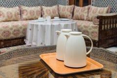 2 белых кувшина на деревянном столе в морокканском доме Стоковое фото RF